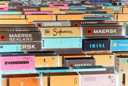 sur les quais de LImassol, des docks gris retravaillés en couleurs enfantines