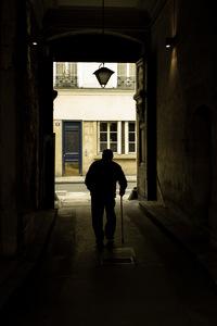 Sortie de rue Saint Paul, vieil homme, Marais