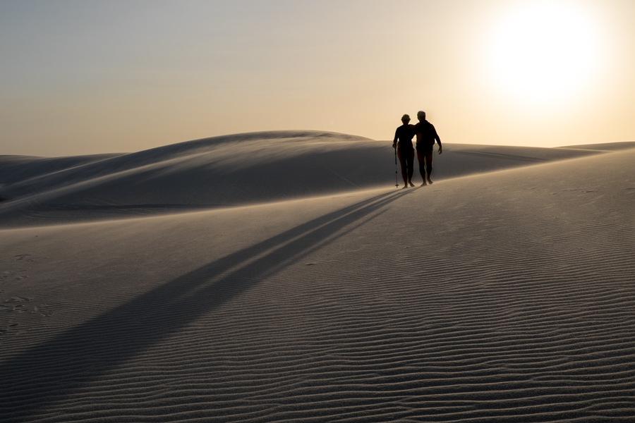 ombre chinoise, sable, coucher de soleil