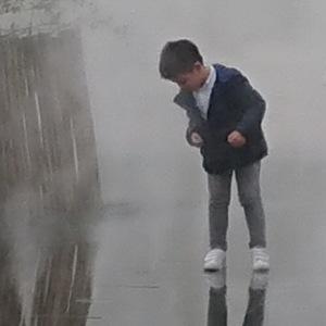 Enfant, reflet, eau, brouilllard