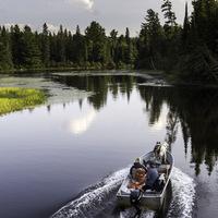 Photo d'un bateau sur un lac du Canada (Algonquin Park)