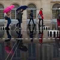 Colonnes de Buren sous la pluie
