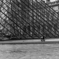 femme seule, pyramide du Louvre, Paris