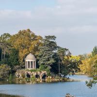 Lac, arbres, temple, couleurs d'automne